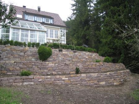 Feuchter Natursteine Hangbefestigung